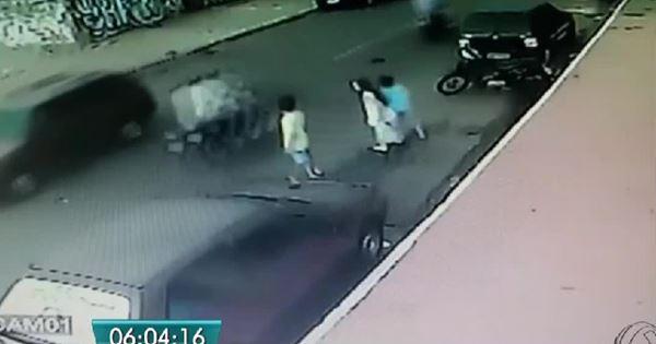 đứa bé sang đường bị ô tô đâm